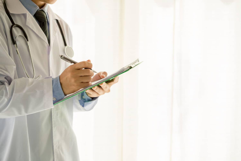 Dktor diagnozujący ból pod lewym żebrem