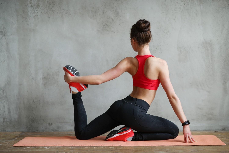 Kobieta wykonująca ćwiczenia na brzuch i boczki