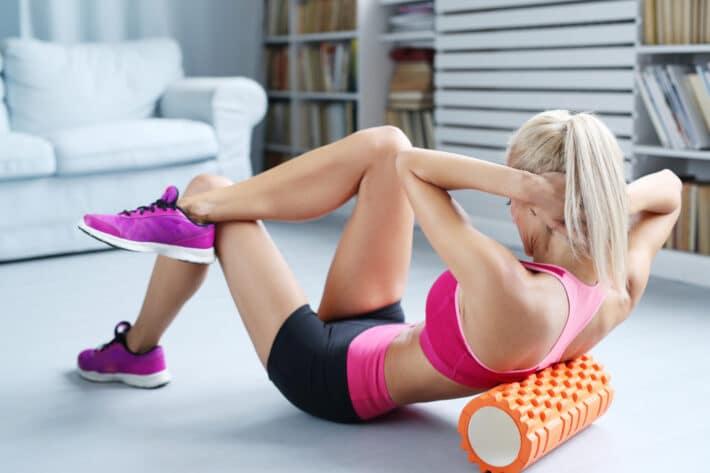 Kobieta wykonująca ćwiczenia na płaski brzuch i boczki