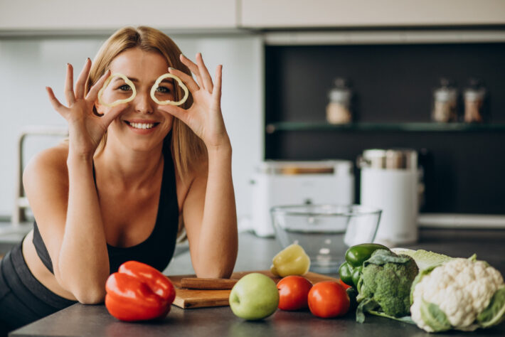 Młoda kobieta stosująca dietę białkowo-warzywną