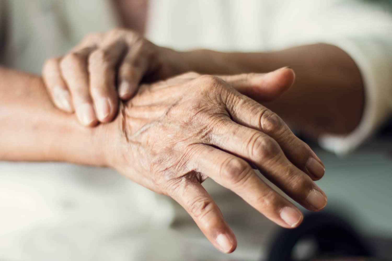 Drżenia samoistne – przyczyny, objawy, leczenie
