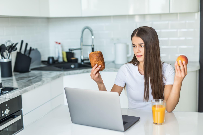 Kobieta zastanawiająca się, jaki produkt wybrać, aby zaspokoić dzienne zapotrzebowanie na energię
