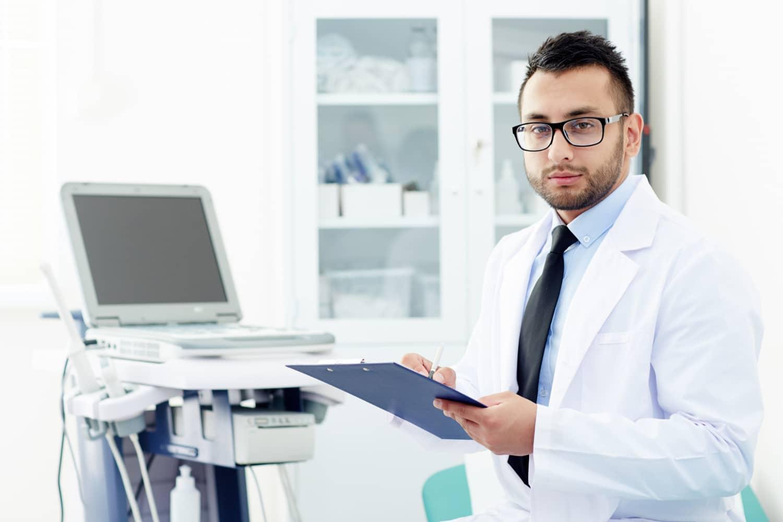 Lekarz badający poziom granulocytów kwasochłonnych