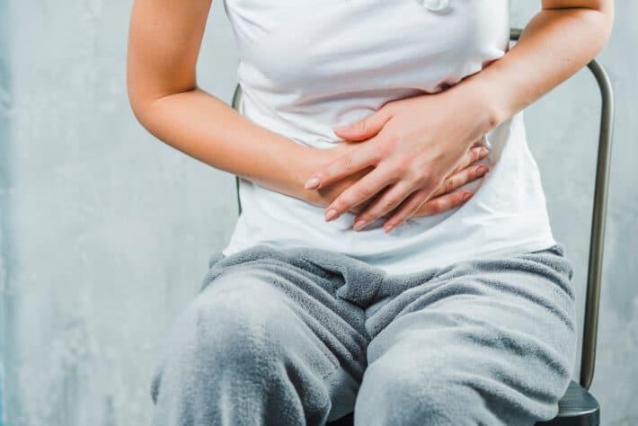 Kobieta z bólem w okolicach trzustki i wątroby