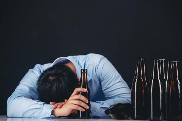 Mężczyzna wymagający zaszycia alkoholowego