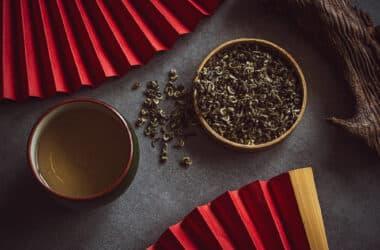 Zielona herbata w filiżankach.