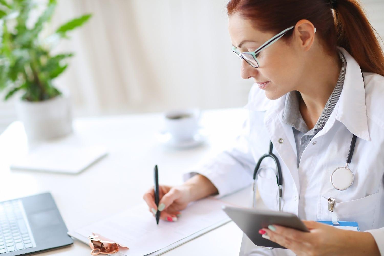 Doktor przygotowująca wyniki badania GBS