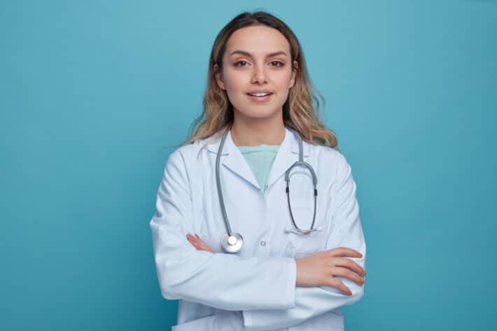 Lekarz wykonująca badania ANA