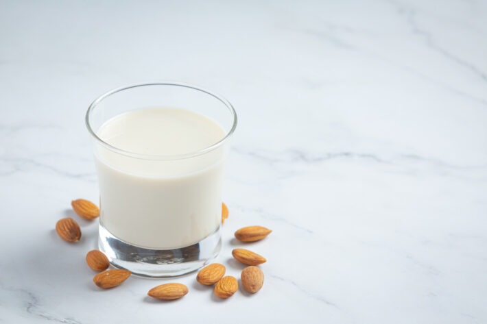 Białko roślinne zawarte w mleku migdałowym