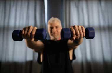 Mężczyzna ćwiczy po to aby ujędrnić ciało.