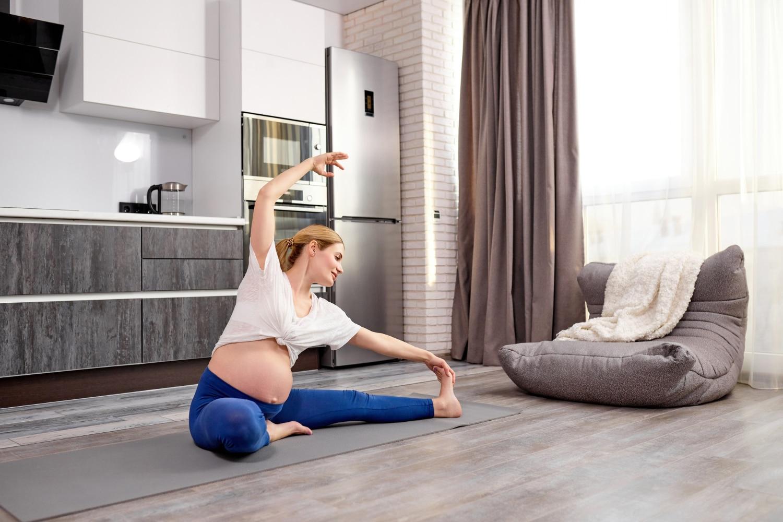 Kobieta wykonująca ćwiczenia w ciąży