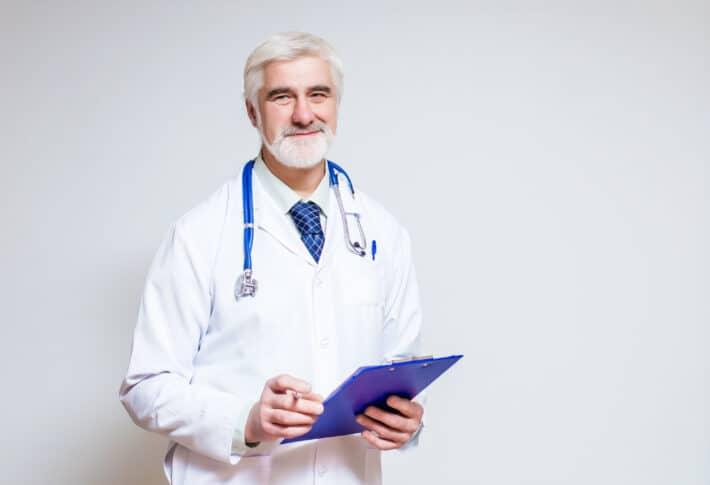 Lekarz badający poziom granulocytów