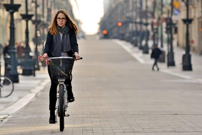Kobieta jeździ na rowerze.