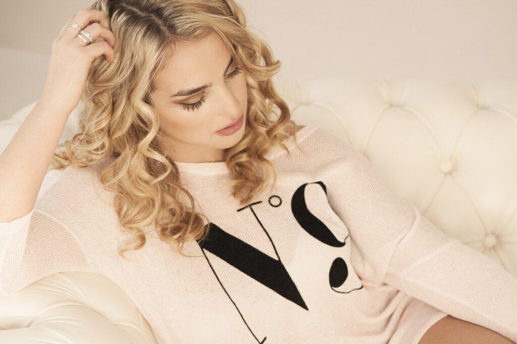 Kobieta z blond włosami.