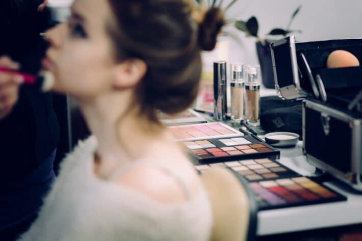 Robienie makijażu.
