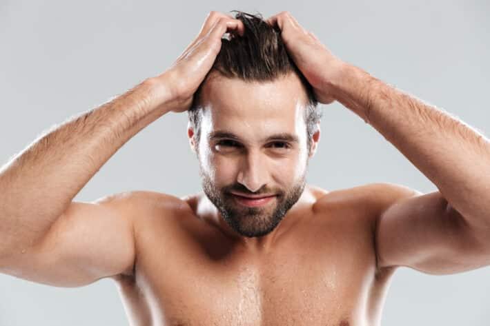 Mężczyzna po przeszczepie włosów.