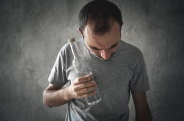 Mężczyzna uzależniony od alkoholu.