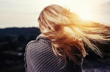 Włosy blond.
