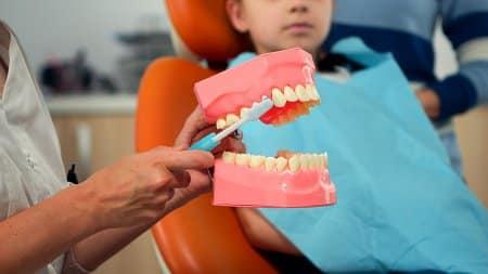 Dziecko na wizycie u dentysty.