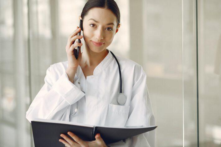 Lekarz rozmawia przez telefon.