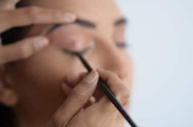 Nakładanie eyelinera na oko.