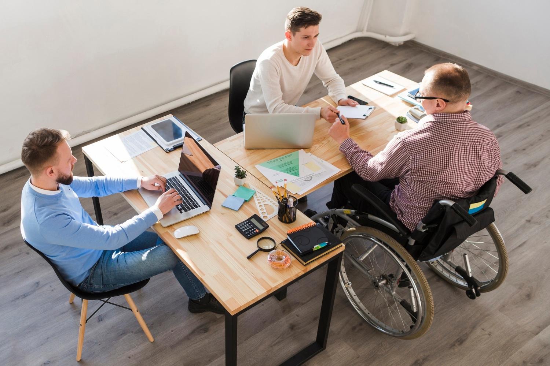 Osoba niepełnosprawna z grupą inwalidzką w pracy