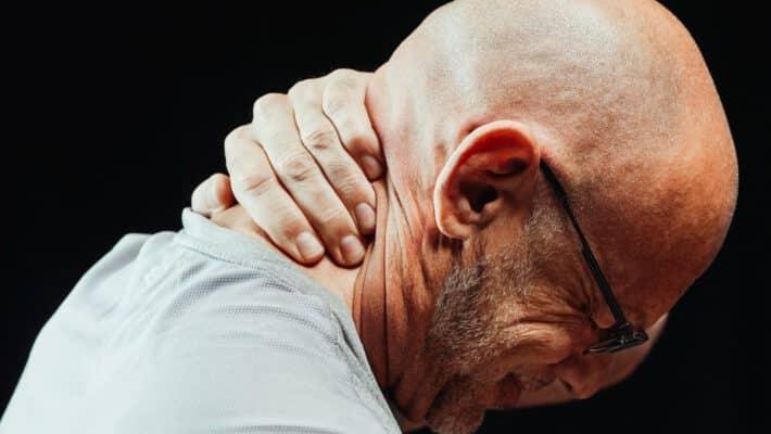 Mężczyzna z bólem kręgosłupa