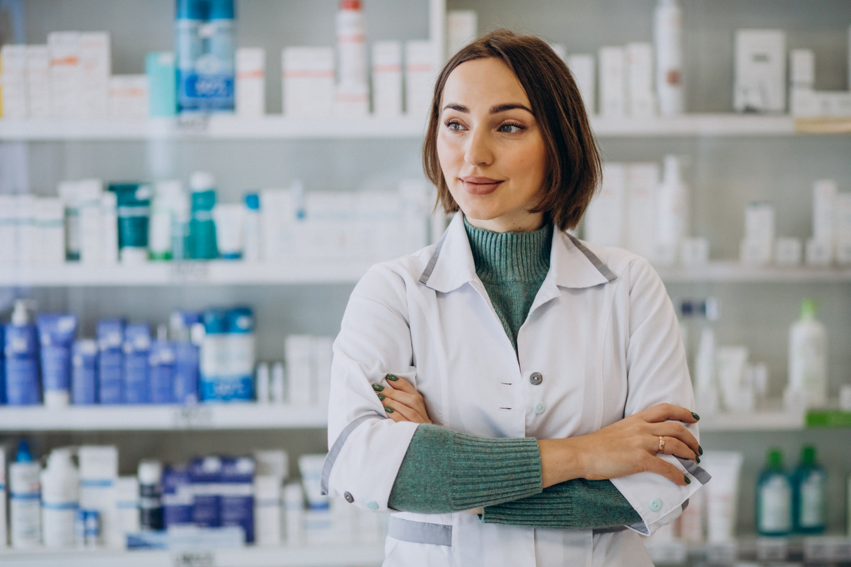 Aptekarka sprzedająca w aptece implanty antykoncepcyjne