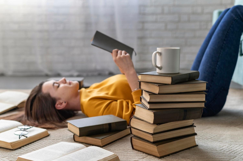 Kobieta czytająca książki