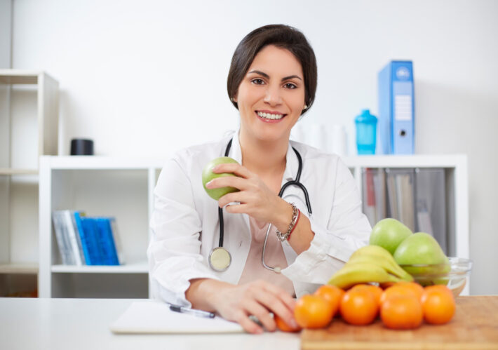 Doktor podpowiadająca jak wzmocnić układ immunologiczny u dorosłych