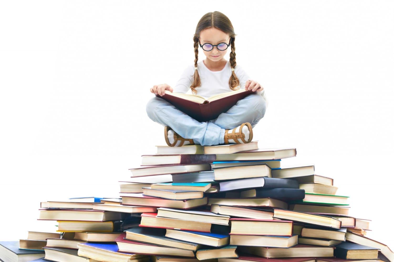 Dziewczynka czytająca książki