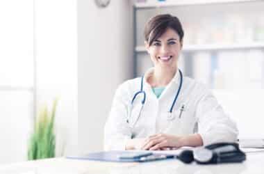 lekarka siedząca przy biurku w swoim gabinecie