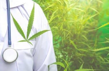 Marihuana medyczna w kieszani lekarza