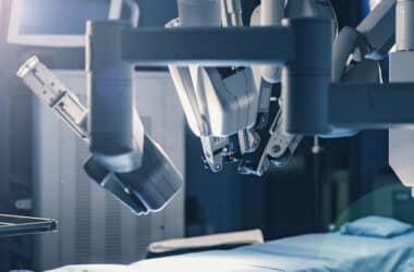 serweta chirurgiczna na stole operacyjnym