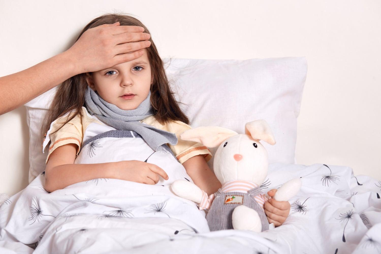 Jak skutecznie zbić gorączkę u dziecka? Czy okłady na gorączkę to dobre rozwiązanie?