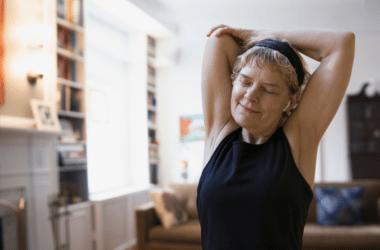 starsza kobieta ćwiczy