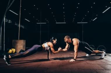 Kobieta i mężczyzna trenuja na siłowni