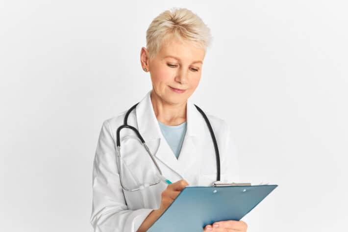 Lekarz wykonujący badanie hbs