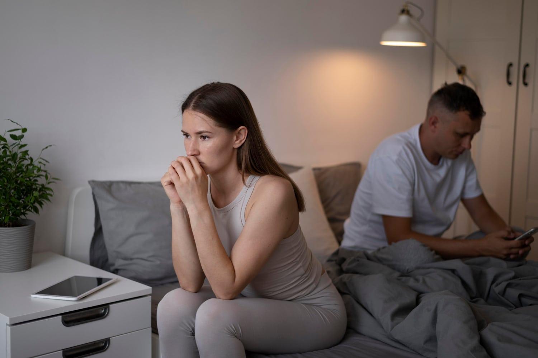 Kobieta, zastanawiająca się czy można zajść w ciążę w dni niepłodne