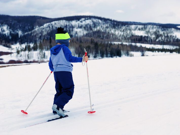 Dziecko w butach narciarskich