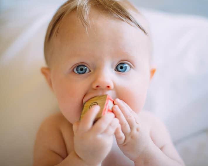 Dziecko z gryzakiem logopedycznym
