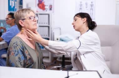 Kobieta u lekarza z problemem hypoechogenicznych guzków tarczycy ze zwapnieniami