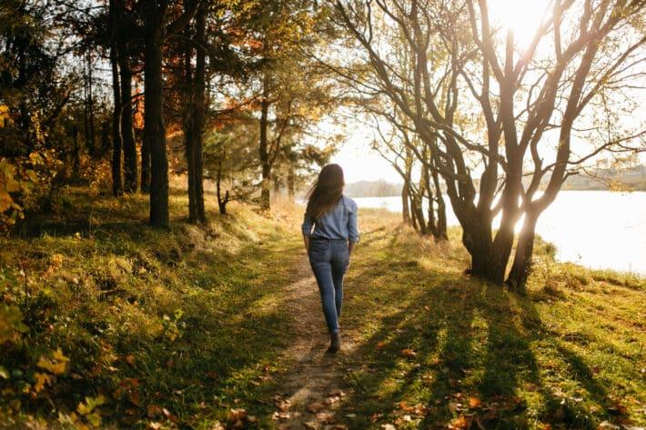 Kobieta, która wie ile kroków dziennie przemierzyc dla zdrowia