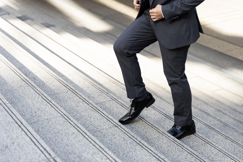 Mężczyzna chodzacy na nogach do pracy