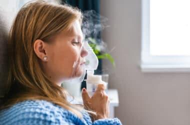 Kobieta wykonująca inhalacjię z soli fizjologicznej