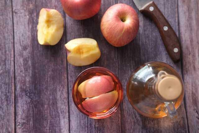 Ocet jabłkowy na stole