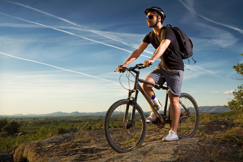 Męczyzna jeżdzący na rowerze