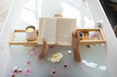 Kobieta w kąpieli solankowej czyta książkę