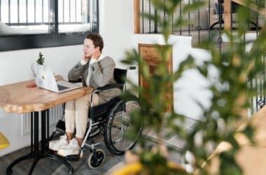 Kobieta na wóżku inwalidzkim korzysta za schodołazu