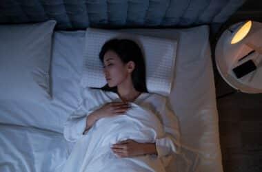 Kobieta śpi na poduszcze ortopedycznej